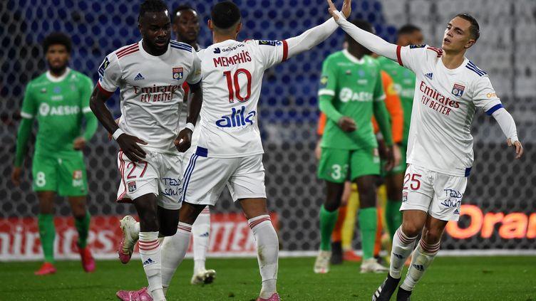 Les joueurs de Lyon célèbrent un but lors du match face à l'AS Saint-Etienne, le 8 novembre 2020 au Groupama Stadium de Décines (Rhône). (JEAN-PHILIPPE KSIAZEK / AFP)