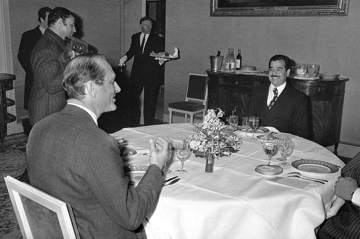 Jacques Chirac et Saddam Hussein dînent en tête-à-tête à l'hôtel Matignon le 3 mars 1975 (AFP)