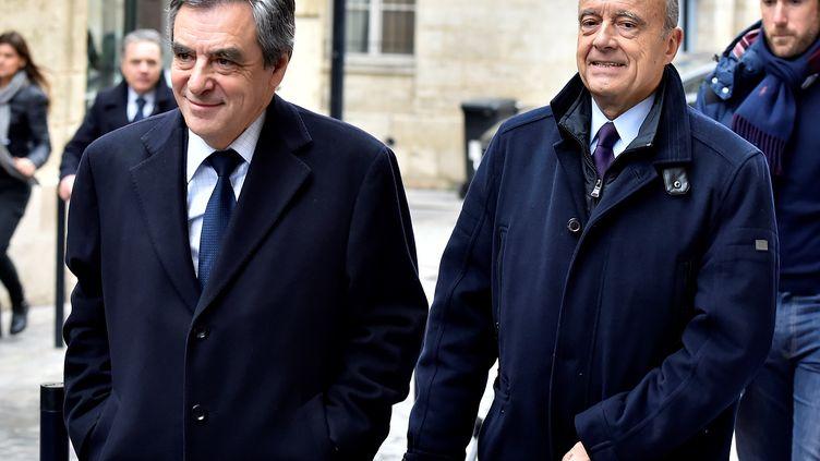 Le candidat des Républicains François Fillon rend visite à Alain Juppé, à Bordeaux (Gironde), le 25 janvier 2017. (GEORGES GOBET / AFP)