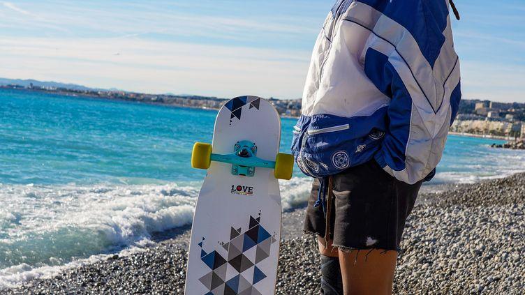 "Marina Alyssa Correia sur la Promenade des Anglais à Nice avec sa ""longboard""."