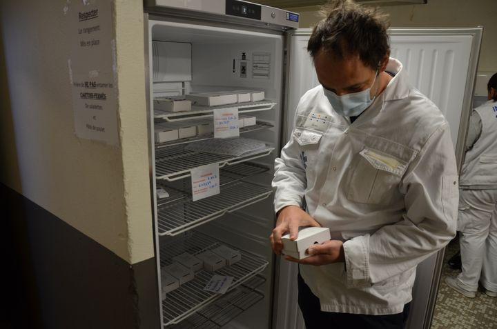 Vincent Bounes, responsable médical du vaccinodrome de Toulouse (Haute-Garonne), ouvre une boîte contenant des flacons décongelés du vaccin Pfizer/BioNTech, le 7 avril 2021. (YANN THOMPSON / FRANCEINFO)