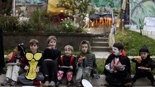 Des enfants déguisés mangent une pizza, lors de la fête d'Halloween, le 31 octobre 2014, dans le Maryland (Etats-Unis). (GARY CAMERON / REUTERS)