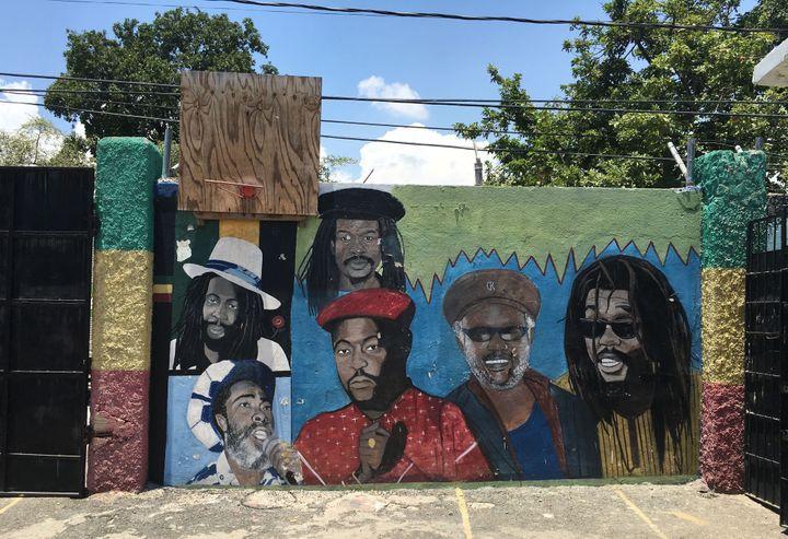 Une des fresques de street art de Danny Coxson en Jamaïque.  (Sébastien Carayol)