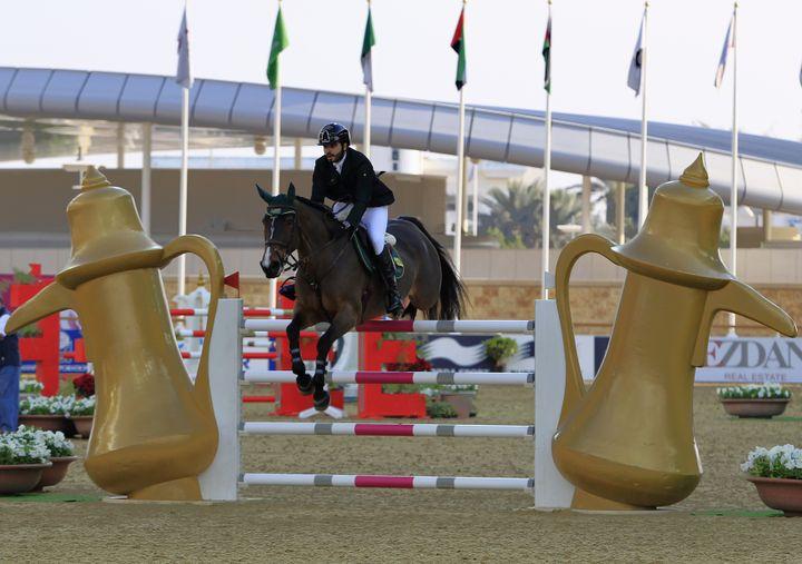 Le prince saoudien Fayçal Al Shalan lors d'une compétition de saut d'obstacles lors des Jeux panarabes à Doha (Qatar), le 23 décembre 2011. (AHMED JADALLAH / REUTERS)