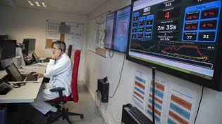 Le médecin régulateur du Samu de l'hopital Henri Mondor, à Paris, le 6 mars 2020. (THOMAS SAMSON / AFP)