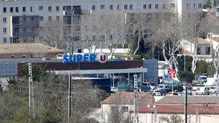 Vue du supermarché où un individu se revendiquant de l'Etat islamique a pris en otages plusieurs personnes avant d'être abattu par les forces de l'ordre, le 23 mars 2018 à Trèbes (Aude). (MAXPPP)