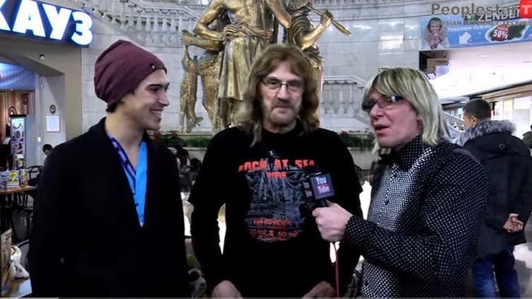 Geoff Nicholls (centre), claviériste de Black Sabbath, entouré de deux journalistes (2006)  (StarshowTelevision / You Tube)