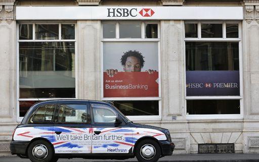 Un taxi stationné devant une agence de la HSBC à Londres le 9 février 2015 (Reuters - Suzanne Plunkett)