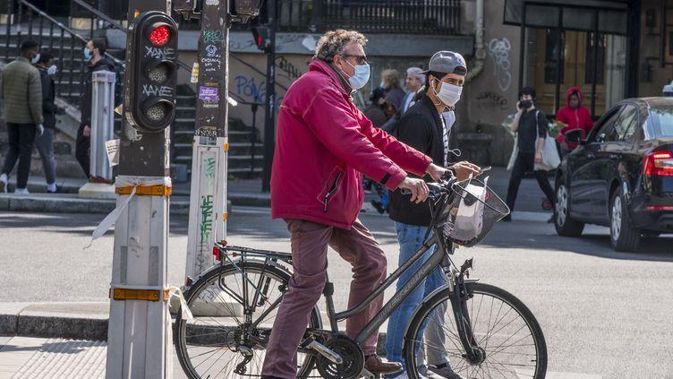 Un cycliste portant un masque, le 14 mai 2020 à Paris. (J-F ROLLINGER / ONLY FRANCE / AFP)