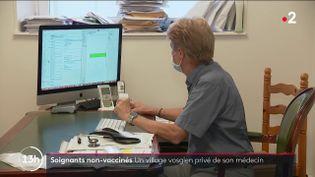 Gauthier Bein était le seul médecin généraliste à dix kilomètres à la ronde autour du village de Charmois-L'Orgueilleux, dans les Vosges. Malgré l'obligation vaccinale, il refuse de se faire injecter les doses anti-Covid : depuis mercredi 15 septembre, il ne peut plus exercer. (FRANCE 2)
