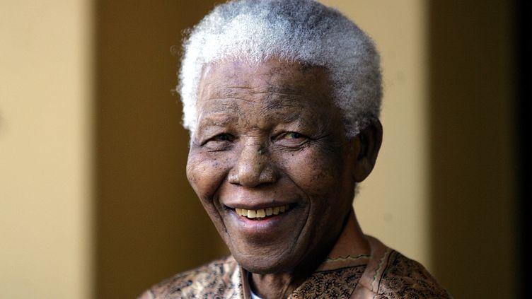Le prix Nobel de la paix Nelson Mandela, le 14 juin 2005 à Johannesburg (Afrique du Sud), lors d'une conférence de presse. (ALEXANDER JOE / AFP)