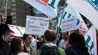 Des étudiants et l'Unef manifestent pour le droit au logement, le 3 septembre 2014, à Paris. (MAXPPP)
