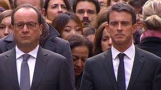 François Hollande et Manuel Valls lors de la minute de silence à la Sorbonne à Paris, le 16 novembre. (FRANCE 2)