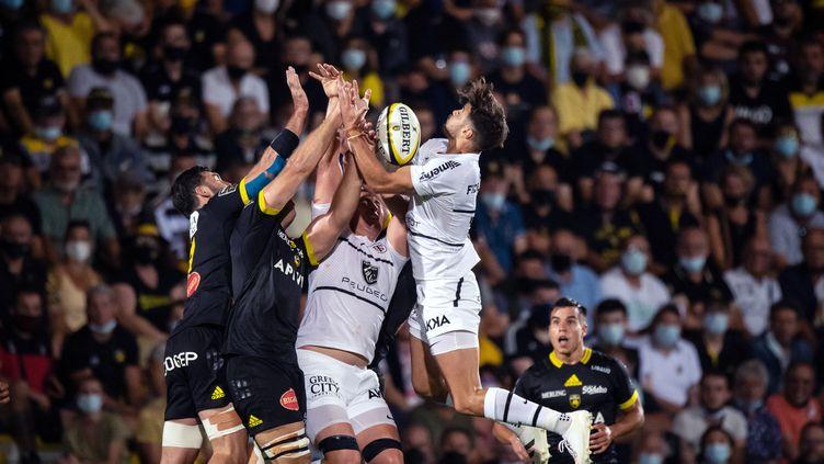 Le Stade toulousain (en blanc) a vaincu La Rochelle, lors de la première journée de Top 14, dimanche 5 septembre 2021. (XAVIER LEOTY / AFP)