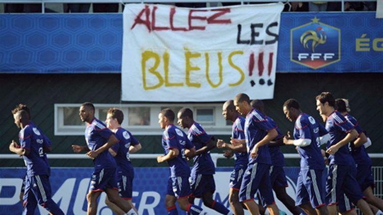 Les Bleus soutenus par leurs supporteurs (FRANCK FIFE / AFP)