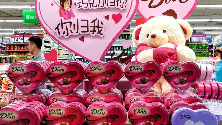 Boîtes de friandises pour la Saint-Valentin dans un magazin de Shenzhen en Chine, le 13 février 2017. (LIANG XIASHUN / IMAGINECHINA)