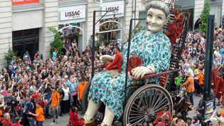 """La """"Vieille Géante"""" de la compagnie Royal de Luxe, dans les rues de Nantes le 7 juin 2014  (Fred Tanneau / AFP)"""