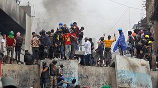 Des manifestants lors de violences avec des forces de sécurité, en Irak, à Bagdad, jeudi 28 novembre 2019. (AHMAD AL-RUBAYE / AFP)