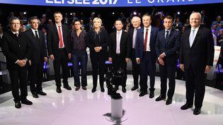 Les candidats à l'élection présidentielle, à l'exception de Philippe Poutou, posent avant le débat télévisé, le 4 avril 2017. (LIONEL BONAVENTURE / AFP)