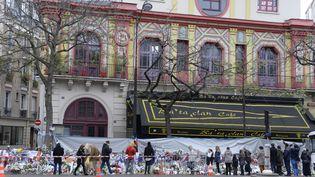 Hommage aux victimes des attentats, devant le Bataclan, à Paris, le 29 novembre 2015. (MIGUEL MEDINA / AFP)