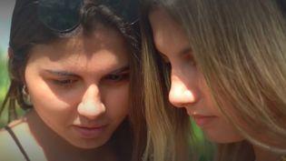 Maylia Rezende et Sofia Albuquerck, brésiliennes, sont jumelles et transgenres. Elles ont été opérées à seulement un jour d'intervalle ; un soulagement pour les deux étudiantes. (France Info)