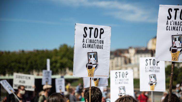 """Une pancarte dénonçant l'""""inaction climatique"""" lors d'une manifestation à Nantes, le 3 septembre 2020. C'est pour ce même motif que le Conseil d'Etat avait été saisi. (JEREMIE LUSSEAU / HANS LUCAS / AFP)"""