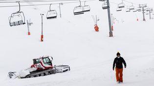 Une remontée mécaniqueauGrand Tourmalet (Hautes-Pyrénées), le 9 décembre 2020. (MATTHIEU RONDEL / HANS LUCAS / AFP)