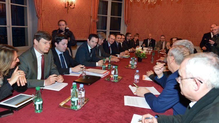 Les ministres de l'Agriculture et de la Consommation se sont entretenus avec les salariés de l'usine Spanghero, ce lundi 18 février à Paris. (MIGUEL MEDINA / AFP)