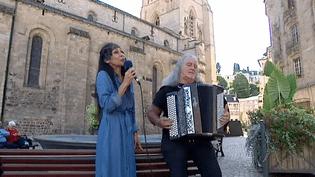 """Pendant 20 ans, l'accordéoniste Roland Romanelli a éte le compagnon de route de Barbara. Une aventure humaine et artistique qu'il raconte dans un spectacle musical """"Barbara et l'homme à l'habit rouge""""  (France 3 / Culturebox)"""