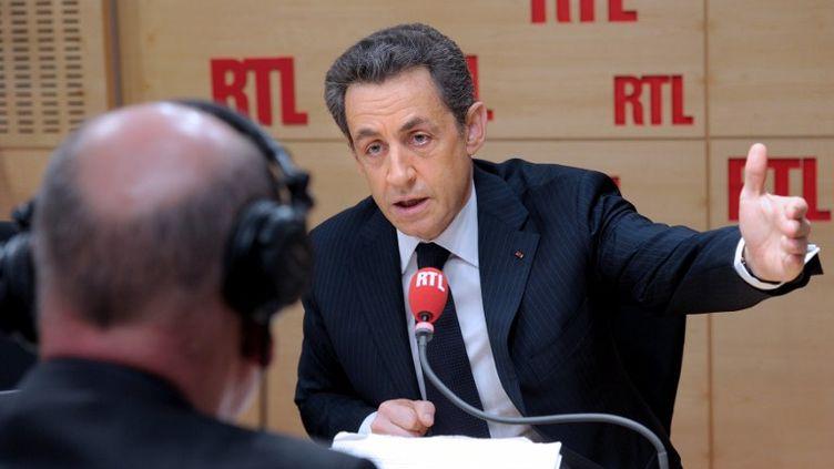 Nicolas Sarkozy au micro de RTL, le 27 février 2012 à Paris. (PHILIPPE WOJAZER / POOL / AFP)