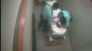 Deux policiershongkongais ont été arrêtés après la diffusion d'une vidéo les montrant maltraiter un homme sur un brancard dans un hôpital. (CAPTURE D'ECRAN YOUTUBE)