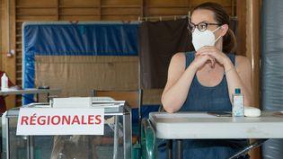 Un bureau de vote à Grenoble (Isère) lors du premier tour des élections régionales, le 20 juin 2021. (JEAN-CHRISTOPHE MONNIER / HANS LUCAS / AFP)