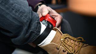 Un bracelet électronique anti-rapprochement contre les violences conjugales. (ERIC MALOT / MAXPPP)