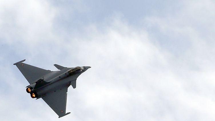 Un Rafale vole au-dessus de Mérignac (Gironde) lors d'une démonstration, le 4 mars 2015. (REGIS DUVIGNAU / REUTERS)