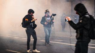Des journalistes couvrent la manifestation contre le proposition de loi sur la sécurité globale, le 17 novembre 2020 près de l'Assemblée nationale, à Paris. (AMAURY CORNU / HANS LUCAS / AFP)