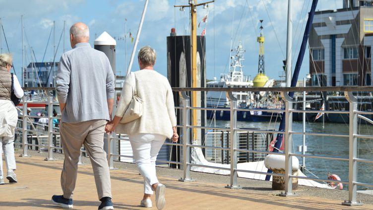 Un ciouple à la retraite se promène sur un quai. Photo d'illustration. (MAXPPP)