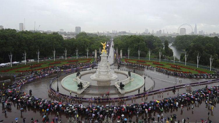 Les spectateurs devant Buckingham Palace