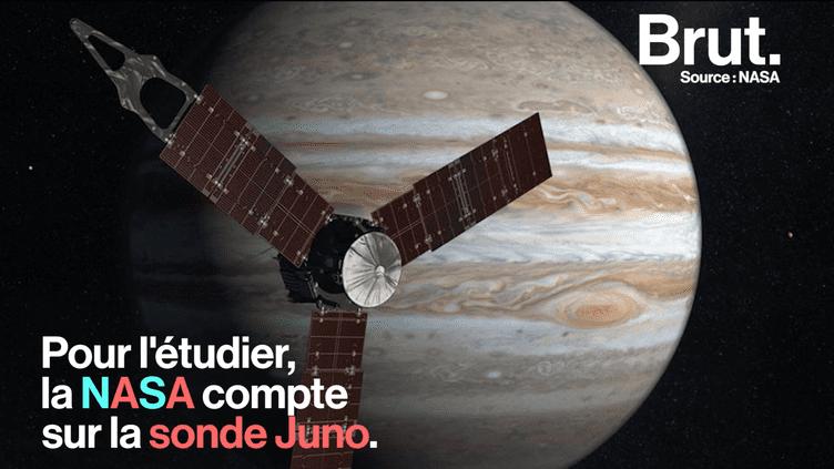 Depuis un peu plus d'un an, la sonde Juno, envoyée par la NASA, tourne autour de la planète Jupiter. Elle vient tout juste de passer devant la Grande Tache Rouge de cette planète, une première. (Brut)