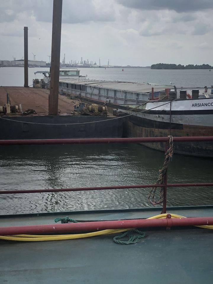 Le navire de drogue MS Arsianco a été confisqué par la police. Il est situé près du port de Moerdjik et doit être vendu. (Benedikt Strunz/NDR)