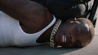 Le rappeur américain DaBaby rejoue la mort tragique de George Floyd sous le genou d'un policier blanc, lors des BET Awards 2020. (YOUTUBE - BET NETWORKS)