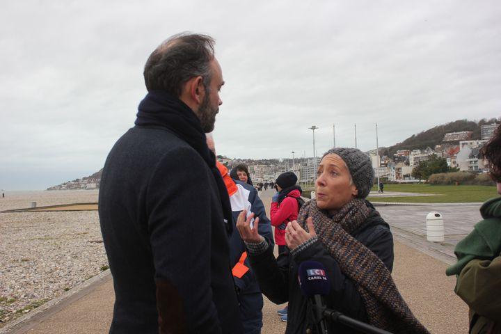 Edouard Philippe interpellée par une habitante sur la question de l'hôpital public, le 15 janvier 2020, sur la promenade de la plage du Havre. (CLEMENT PARROT / FRANCEINFO)