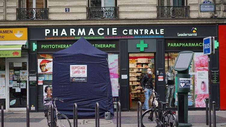 Une tente installée pour réaliser des tests antigéniques devant une pharmacie à Paris, le 17 novembre 2020. (MYRIAM TIRLER / HANS LUCAS / AFP)