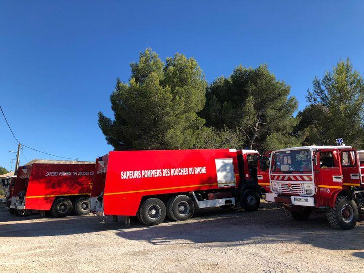 Les sapurs-pompiers des Bouches-du-Rhône restent mobilisés le 5 août pour surveiller l'incendie qui a ravagé les alentours de Martigues dans la nuit de mardi à mercredi. (NOEMIE BONNIN / RADIO FRANCE)