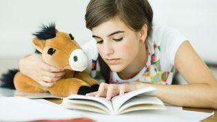 Lire des livres pour grandir et se construire.  (Laurence Mouton / AFP)