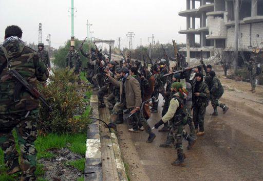 Des soldats gouvernementaux celèbrent la reprise de la ville de Sheikh Miskeen, ville stratégique du sud de la Syrie, le 26 janvier 2016. (AFP - Stringer)