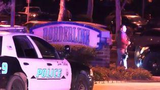 Des policiers à proximité de la discothèque où une fusillade a eu lieu dans la nuit de mercredi à jeudi 8 novembre, à Los Angeles (Californie,États-Unis). (FRANCE 3)