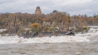 L'épave de l'Iron Scow est bloquée en haut des chutes du Niagara depuis 1918. Le gestionnaire du site a assuré dans une vidéo publiée le 1er novembre qu'elle avait avancé de 50 mètres. (HANDOUT / AFP)
