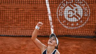 Barbora Krejcikova remporte sa demi-finale face à Maria Sakkari (Grèce) et se qualifie pour la finale du tournoi. (ANNE-CHRISTINE POUJOULAT / AFP)