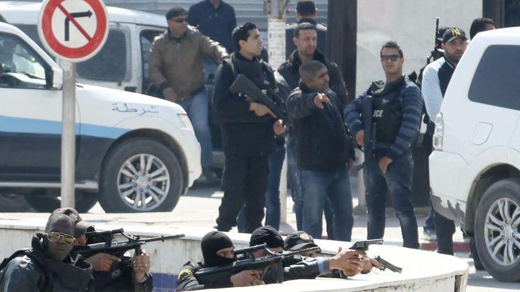 Des policiers armés sont postés autour du Parlement à Tunis (Tunisie), le 18 mars 2015. (ZOUBEIR SOUISSI / REUTERS)
