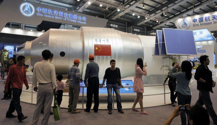 Un modèle de la station spatiale Tiongang-1 lors d'un salon à Zhuhai (Chine), le 19 novembre 2010. (RANWEN / IMAGINECHINA / AFP)